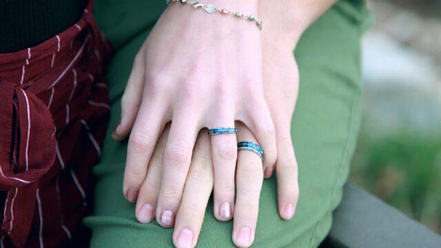 男女の重ねた指_または手