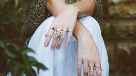 両手にたくさんつけた指輪