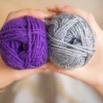 糸を両手に抱える女性