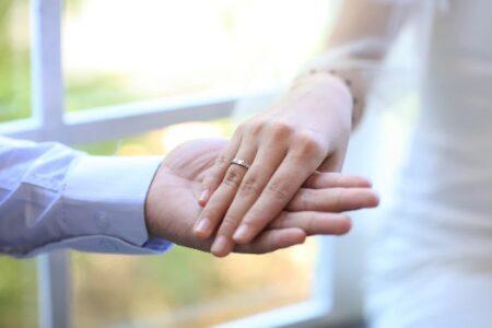 手を繋ぐ男女_結婚式